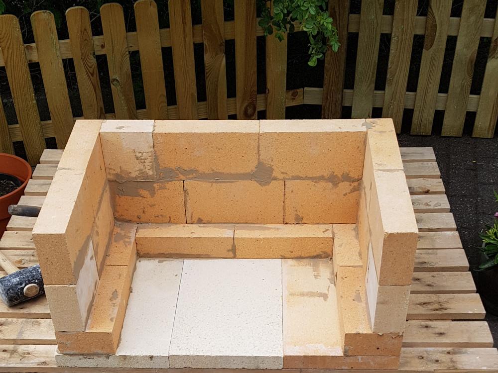 Grill bauen: 3. Reihe aus Schamottsteinen