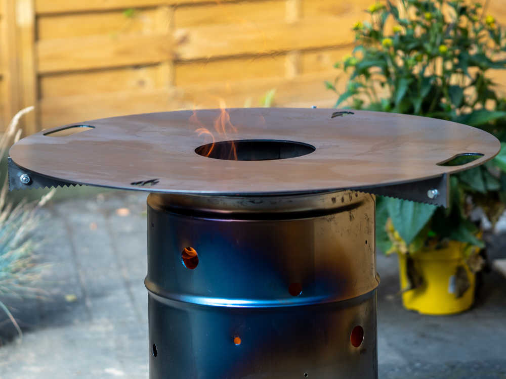 Grilltonne mit Feuerplatte vor dem Einbrennen