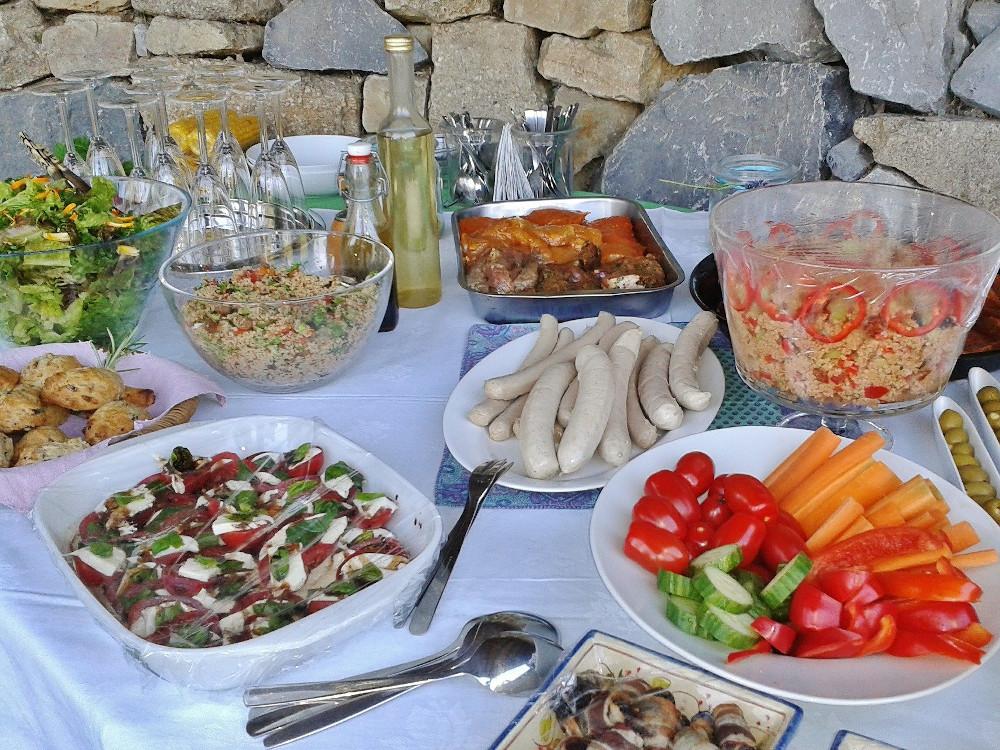 Grillplatz gestalten: Grillgut und Salate