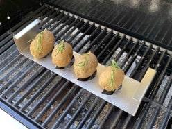 Grillzubehör - Räucherbox, Hähnchenschenkelhalter, Kartoffelhalter und mehr