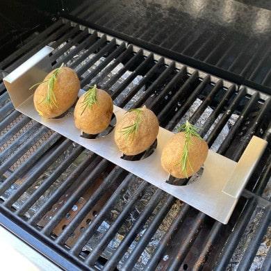 Kartoffeln im Kartoffelhalter grillen