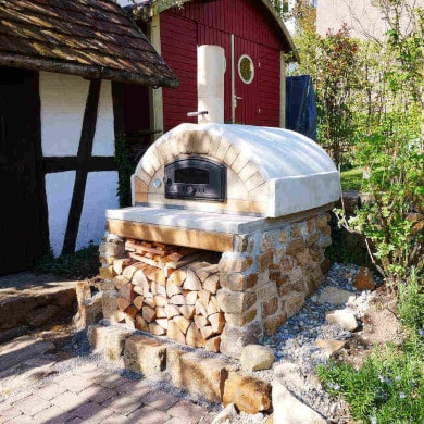 Fertig gebauter Pizzaofen Merano im Garten