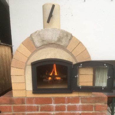 Fertig gebauter Pizzaofen Toskana im Garten