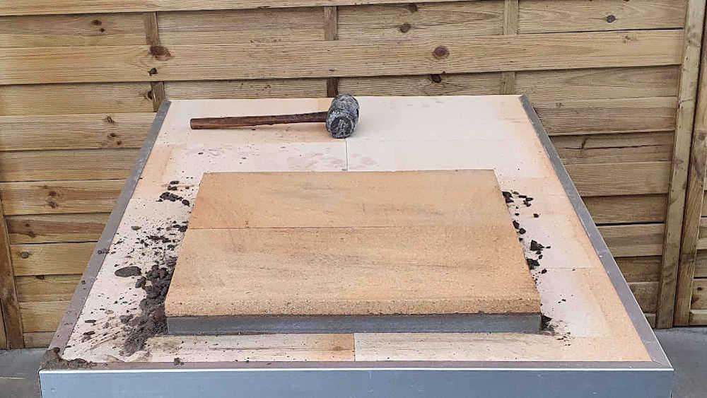 Pizzaofen Bausatz Genua: Bodenplatten verlegen