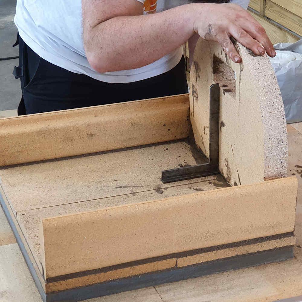 Pizzaofen Bausatz Genua: Rückwandstein aufstellen