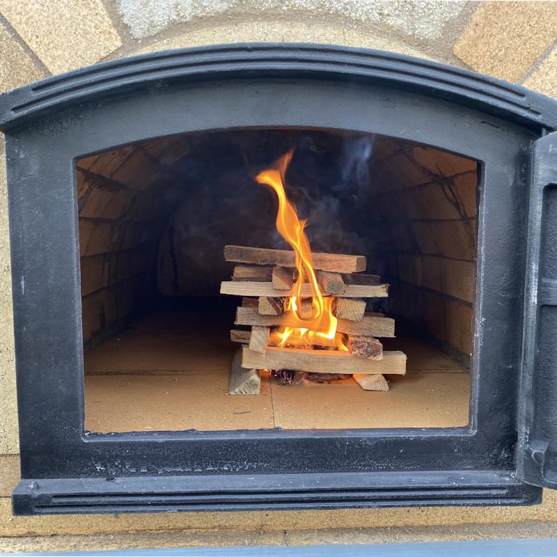 Pizzaofen anfeuern: Holz nachlegen