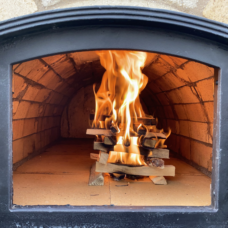 Pizzaofen anfeuern: Brennender Stapel