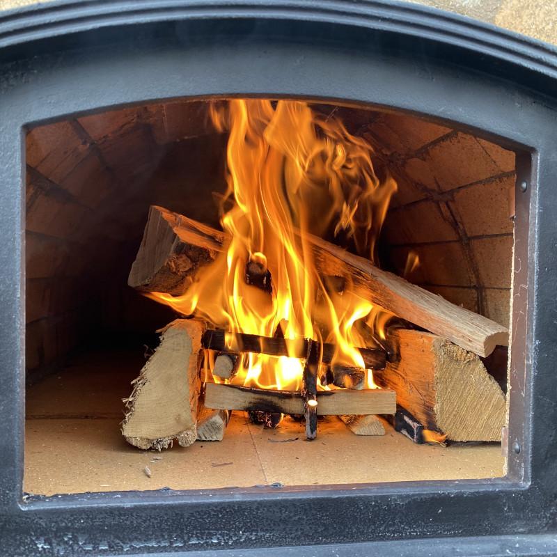 Pizzaofen anfeuern: Große Scheite nachlegen