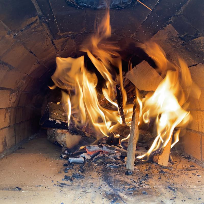 Pizzaofen anfeuern: Temperatur erhöhen
