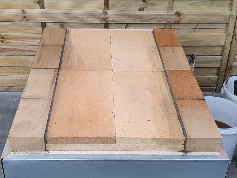 Schamotteplatten der Backfläche bündig verlegen