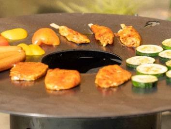 Grillen auf der Feuerplatte und Grillring