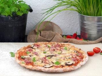Pizza Funghi Prosciutto auf dem Pizzastein backen