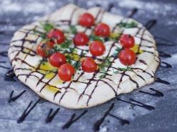 Pizza auf der Feuerplatte: Rezept für Pizza Tomate-Balsamico