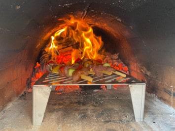 Grillspieße im Pizzaofen grillen