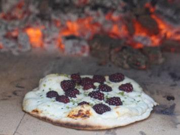 Brombeer-Flammkuchen im Pizzaofen & Pizzastein backen