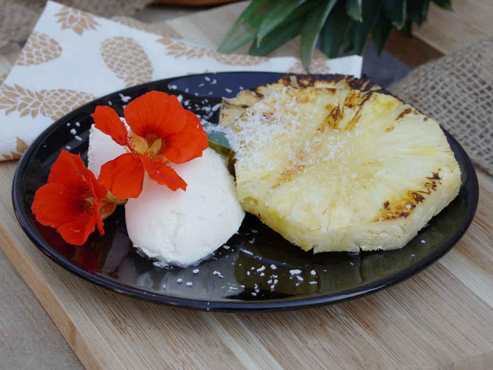 Pizzaofen-Rezept: Gegrillte Ananas mit Kokoseis