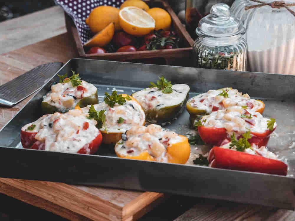 Vegetarisches Rezept: Gefüllte Paprika mit Kartoffeln im Pizzaofen schmoren